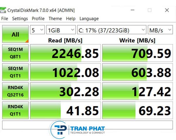 Đo tốc độ đọc / ghi của ổ cứng SSD 256 GB trong Dell Vostro 5590 bằng CrystalDiskMark.
