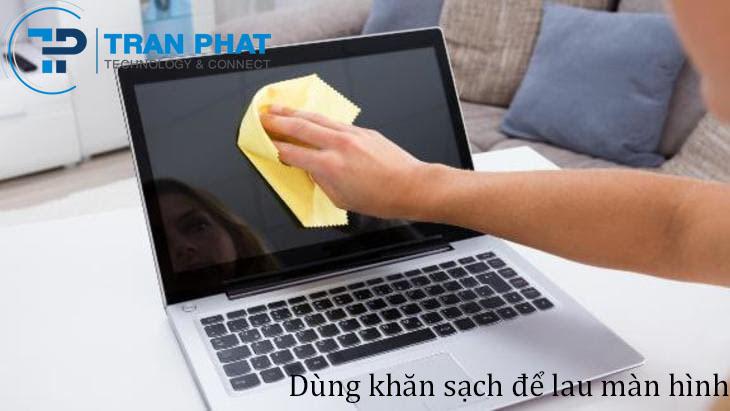 Vệ sinh màn hình laptop bằng khăn khô